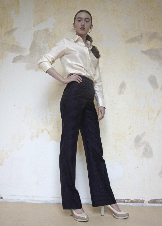 broek en zijden blouse